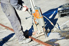 Industrielle konkrete Bohrung an den Bauabbrucharbeiten Lizenzfreie Stockbilder