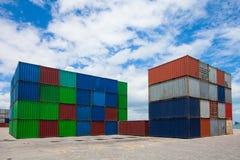 Industrielle Kranladen Behälter in einer Frachtfracht versenden Lizenzfreie Stockbilder