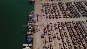 Industrielle Ladefläche mit Containerschiff im Dock am Hafen, Vogelperspektive stock video footage