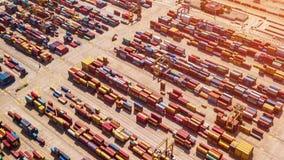 Industrielle Ladefläche mit Containerschiff im Dock am Hafen, Vogelperspektive stock video