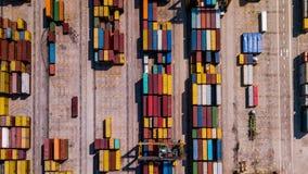 Industrielle Ladefläche mit Containerschiff im Dock am Hafen, Vogelperspektive stock footage