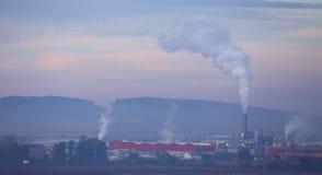Industrielle Landschaft mit Stapeln Lizenzfreie Stockfotos