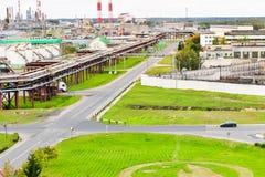 Industrielle Landschaft Panoramablick der technologischen Rohre Betriebseinstellungen Chemischen von den rot-weißen Rohren kommt  stockbild