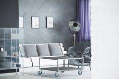 Industrielle Möbel im Raum Stockbild