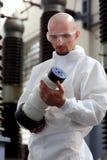 Industrielle Mannholdingnachricht Lizenzfreies Stockfoto