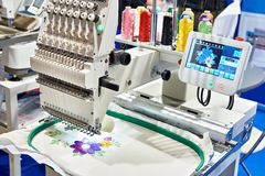 Industrielle Maschine der Stickerei stockfotografie