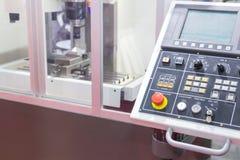 Industrielle Metallteile, die an hohe Präzision CNC-Maschine arbeiten lizenzfreie stockfotos