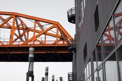 Industrielle moderne Stadt mit Teilbrückenreflexion in der Produktion Stockbilder
