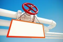 Industrielle Rohrleitung mit Gas oder Öl mit leerem Zeichen Lizenzfreies Stockbild
