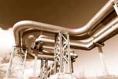 Industrielle Rohrleitungen auf Rohrbrücke Stockfoto