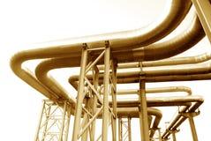 Industrielle Rohrleitungen auf Rohrbrücke Stockbilder