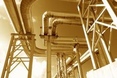Industrielle Rohrleitungen auf Rohrbrücke Stockfotografie