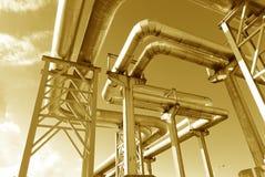 Industrielle Rohrleitungen auf Rohrbrücke Lizenzfreies Stockfoto