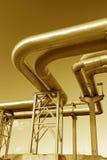 Industrielle Rohrleitungen auf Rohrbrücke Stockfotos