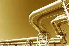 Industrielle Rohrleitungen auf Rohrbrücke Lizenzfreie Stockfotografie