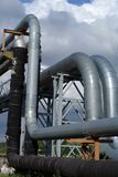 Industrielle Rohrleitungen auf Rohrbrücke Lizenzfreie Stockfotos