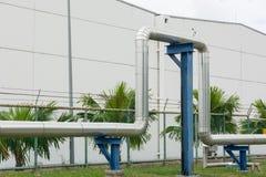 Industrielle Rohrleitungen in der Kraftwerkanlage Stockfotografie