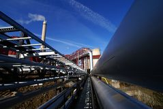 Industrielle Rohrleitungen gegen blauen Himmel Lizenzfreies Stockfoto