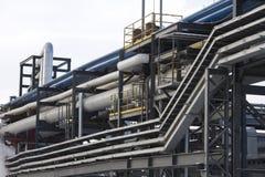 Industrielle Rohrleitungen gegen blauen Himmel Lizenzfreies Stockbild