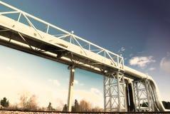 Industrielle Rohrleitungen gegen blauen Himmel Stockfotos