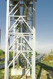 Industrielle Rohrleitungen gegen blauen Himmel Stockbild