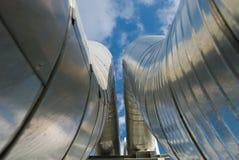 Industrielle Rohrleitungen gegen blauen Himmel. Stockfotos