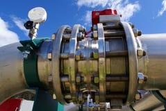 Industrielle Rohrleitungen gegen blauen Himmel Stockbilder
