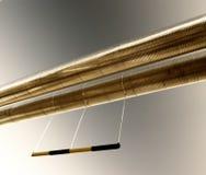 Industrielle Rohrleitungen gegen blauen Himmel. Lizenzfreies Stockbild