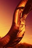 Industrielle Rohrleitungen gegen blauen Himmel. Lizenzfreies Stockfoto