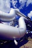 Industrielle Rohrleitungen gegen blauen Himmel Lizenzfreie Stockfotografie