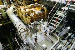 Industrielle Rohrleitungen und Schiffe in einem Kraftwerk Lizenzfreie Stockbilder
