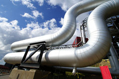 Industrielle Rohrleitungen und Seilzüge gegen blauen Himmel Stockfoto