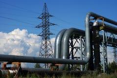 Industrielle Rohrleitungen und Zeilen des Stroms Stockfotos