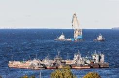 Industrielle Schiffe auf der Bucht lizenzfreie stockfotografie
