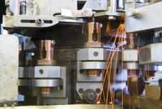 Industrielle Schweißensmaschinerie bei der Arbeit, in der Bewegung. Lizenzfreie Stockfotografie