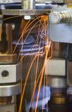 Industrielle Schweißensmaschinerie bei der Arbeit, in der Bewegung. Lizenzfreie Stockfotos