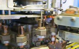 Industrielle Schweißensmaschinerie bei der Arbeit, in der Bewegung. Stockfotos