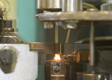 Industrielle Schweißensmaschinerie bei der Arbeit, in der Bewegung. stockfoto