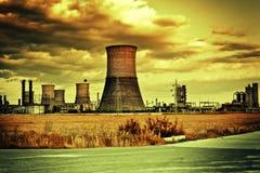 Industrielle Site und bewölkte Landschaft Stockbild