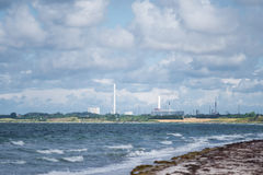 Industrielle Skyline in Meer Stockbilder