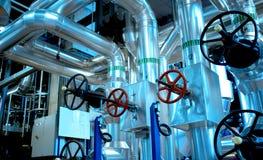 Industrielle Stahlrohrleitungen in den blauen Tönen Lizenzfreie Stockbilder