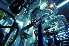 Industrielle Stahlrohrleitungen in den blauen Tönen Stockbilder