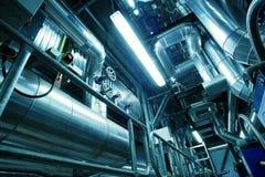 Industrielle Stahlrohrleitungen in den blauen Tönen Stockfotografie