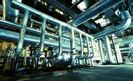 Industrielle Stahlrohrleitungen in den blauen Tönen Stockbild