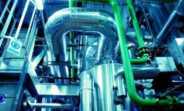 Industrielle Stahlrohrleitungen in den blauen Tönen Stockfoto