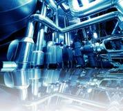 Industrielle Stahlrohrleitungen in den blauen Tönen mit Reflexion Stockfoto