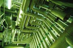 Industrielle Stahlrohrleitungen in den grünen Tönen Stockfoto