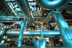 Industrielle Stahlrohrleitungen und Ausrüstung im blauen Ton Stockfotos