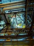 Industrielle Stahlrohrleitungen, Ventile und Kabel Stockbilder