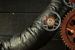 Industrielle stilvolle Lampe von den Gängen auf einem schwarzen Deckenhintergrund Stockfotos